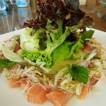 เมนูประยุกต์ เอาแซลมอนมายำกับสมุนไพรแบบไทยๆ รสชาติดีครับ จัดจ้าน เนื้อปลาแซลมอนห