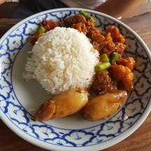 กากหมูผัดพริกแกง กับปลาหมึกยัดไส้ต้มหวาน