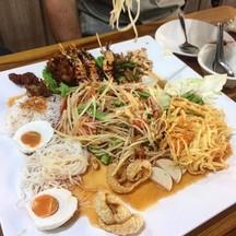อันนี้เป็นตำไทยค่ะมีไข่แคบหมูหมี่ขนมจีนผักทอดกุ้งย่างไก่ทอดปลากรอบคุ้ม