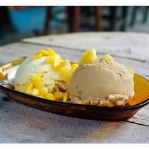 ไอศกรีมมะม่วงมหาชนก + กาแฟ ใส่เครื่องข้าวโพด
