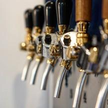 ที่ร้านมีคราฟท์เบียร์สดใหม่ 6 แท็ปให้ลูกค้าได้เลือกดื่มด่ำกับความหลากหลายของเบีย