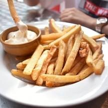 เฟรนฟรายจานเบิ้มราคา 99 บาท ทานคู่กับ Sauce Cream