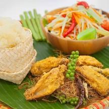 Set papaya salad, sticky rice with wings