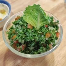 คล้ายๆสลัดผักของเลบานอน แต่อร่อยมาก สดชื่น ปกติไม่ค่อยทานเพราะกลิ่นรุนแรง แต่ร้า