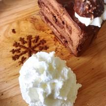 เค๊กนุ่มนิ่มอร่อย ช้อคโกแลตไม่หวานเกินไป รสชาติกลมกล่อม