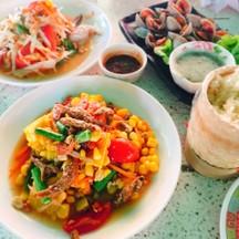 ตำข้าวโพดคือดีงาน ราคาถูกมาก จานละ 40 บาท รสชาติดี ปลากรอบติดหวานไปนิด