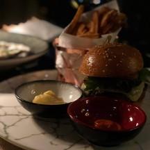 ตัวนี้ เป็นอาหารเข้าใจง่าย คือ เบอร์เกอร์เนื้อ เสิร์ฟกับ fries ค่ะ หอมที่สุด