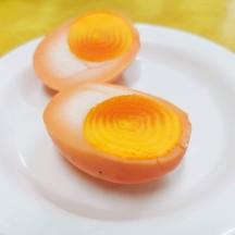 ไข่ต้มยางมะตูม สีส้มคลาสิกตามแบบฉบับข้าวหมูแดงแบบโบราณ