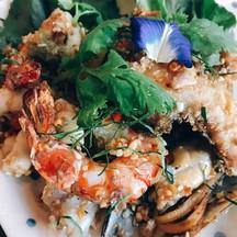 ไม่เผ็ดจัด รสกระเทียมไม่เหม็นจนทานยาก ที่สำคัญกระเทียมไทยแท้คะ กุ้งหมึกหอยปลาสดเ