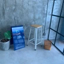 เป็นส่วนหนึ่งของมุมถ่ายรูปภายในร้านและจะมีป้ายร้านที่เป็นสีน้ำเงินเป็นเอกลักษณ์
