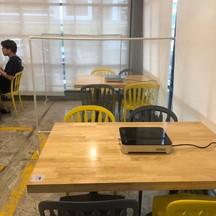 มีฉากกั้นระหว่างโต๊ะ
