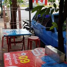 โต๊ะนั่ง อีกฟากถนน
