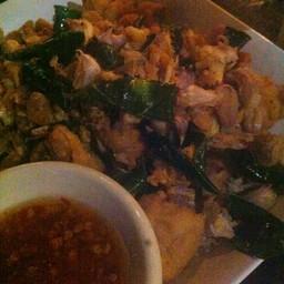 ไก่ทอดสองเขต อร่อยค่ะ กระเทียมกรอบมาก ไก่ทอดรสชาติแบบไม่ต้องใส่น้ำจิ้มแล้ว