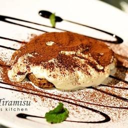 Fresh Tiramisu เสิร์ฟสดๆ ครีมตีใหม่ๆ หอมกลิ่นเหล้ารัม เจือรสขมของโกโก้ อร่อยเลิศ
