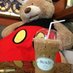 นั่งกินกาแฟกับน้องหมี