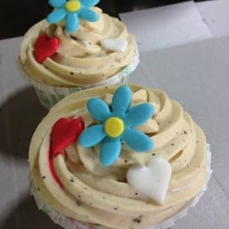 Flower Cup Cake ชิฟฟ่อนเค้กสีฟ้าจากดอกอัญชันผสมแครนเบอร์รี่อบแห้ง