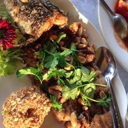 ปลาอะไรสักอย่างจำชื่อไม่ได้ทอดกรอบๆเนื้อหวาน น้ำจิ้มที่มาคู่กันอร่อย