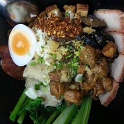 บะหมี่ฮ่องกง อร่อยมาก เครื่องเพียบ ชามเดียวอิ่ม มีบะเต็ง ไข่ต้ม หมูกรอบ หมูแดง ก