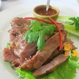 สเต๊กหมูคุโรบุตะจิ้มแจ่ว จานนี้เป็นแบบสไตล์ไทย เนื้อหมูหมักมาได้นุ่ม รสเข้าเนื้อ