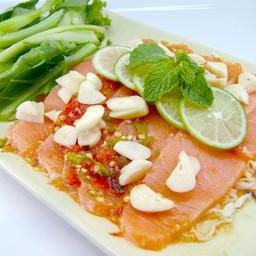 แซลม่อนมะนาว เนื้อแซลม่อนปลาดิบแบบญี่ปุ่น ราดด้วยน้ำยำมะนาวรสแซ่บจี๊ด