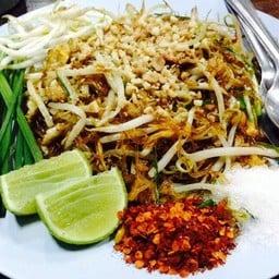 ผัดไทย หอยทอด & ชายสี่บะหมี่เกี๊ยว ตลาดโต้รุ่งโขงเจียม