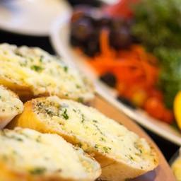 ขนมปังกระเทียมชีส ที่อบจากเตาร้อนๆ