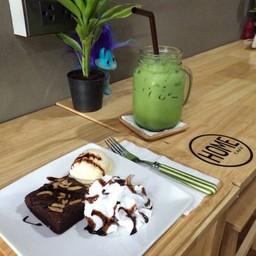 ชาเขียวเย็น กับบราวนี่เสิร์ฟคู่กับไอศกรีมและวิปครีม