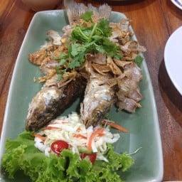 ปลากระบอกทอดกระเทียมพริกไทย