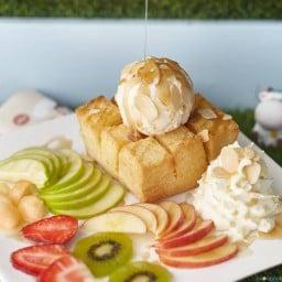 ผลไม้สดใหม่ตัดรสหวานๆ ของโทสต์และไอศกรีมได้เป็นอย่างดี