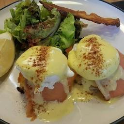 Egg Benedict with Smoked Salmon ฿250