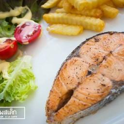 ปลาแซลม่อน คลุกเคล้าพริกไทยดำและเกลือ ย่างสุกเกรียม ใครเป็นคอแซลมอนไม่ควรพลาด