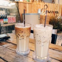 ลาเต้คือแก้วซ้าย 8 Days coffee แก้วขวา