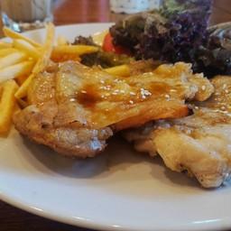 สเต็คไก่ซอสเทอริยากิเนื้อนุ่มชิ้นโต เสิร์ฟคู่กับเฟรนช์ฟรายและผักสลัด