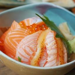 ข้าวหน้าปลาแซลมอนและไข่ปลาแซลมอส