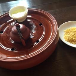 รินน้ำร้อนใส่กาจีนเล็ก นับ1-5 แล้วยกชารินใส่ถ้วย รสชาติและกลิ่นหอมยั่วใจ