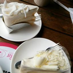 ฮอกไกโดชีสเค้ก สไตล์ญี่ปุ่น และเค้กมะพร้าวแบบไทย