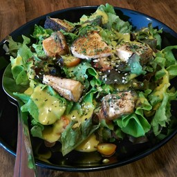 ผักสด น้ำสลัดเปรี้ยวหวานหอมมัสตาร์ด ปลาแซลม่อนย่างมากำลังดีหนังกรอบ ใช้ได้ๆ