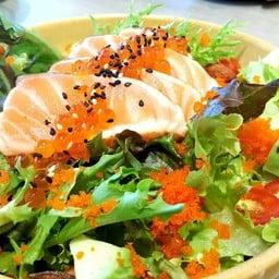 สลัดแซลมอนย่าง ราดน้ำสลัดมิโสะ ปลาชิ้นใหญ่ สะใจ มีไข่กุ้ง ikura avocado แอลมอนต์