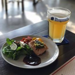 Grilled Norwegian salmon with Rocket salad and balsamic dressing ปลาแซลมอนย่าง เสริฟพร้อมสลัดร็อคเก็ต/น้ำส้มบัลซัมมิค