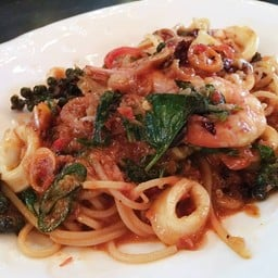 seafood spaghetti .
