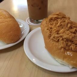 ขนมปังหมูหยอง ขนมปังเนยน้ำตาล ชาเย็น