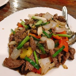 เนื้อนกกระจอกเทศผัดพริกไทยดำ