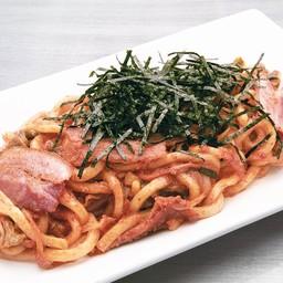 เส้นอุด้ง เบคอน กิมจิ ผัดคลุกกับซอสมายองเนสไข่กุ้ง ท๊อปด้วยสาหร่ายหั่นฝอย