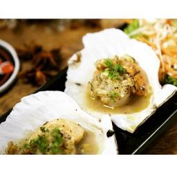 หอยเชลล์คัดสรรมาอย่างดี ย่างร้อนๆพร้อมกลิ่นหอมจากเนยและกระเทียม