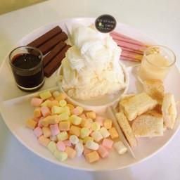 เกล็ดหิมะรสชาติที่ชอบกับท็อปปิ้ง 3 อย่าง (เลือกเองได้) และขนมปังปิ้ง