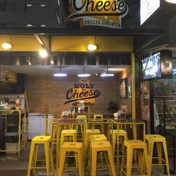 หน้าร้าน Holy Cheese ตลาดรถไฟรัชดา