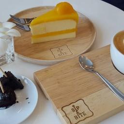 เค้กส้มอร่อยมากครับ เนื้อเค้กนุ่มมาก ทานคู่กับกาแฟนี่รู้สึกสดชื่นฝุด ๆ ❤ บราวนี่