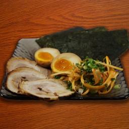 หมูชาชู 3 แผ่น สาหร่ายโนริ 3 แผ่น ต้นหอมญี่ปุ่นคลุกพริกเผา ไข่ต้ม 1 ลูก