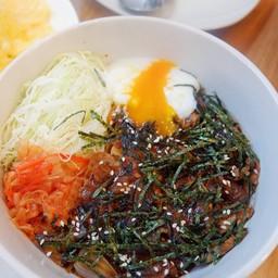 ข้าวหน้าหมูมิโสะ มาพร้อม ไข่ออนเซ็น ผักดิบ และกิมจิ