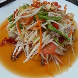 ส้มตำปูม้าเสริฟคู่กับขนมจีน